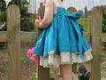 vestido de plumeti azul con lazada, vestido con puntillas en crudo, vestido de niña tirantes, marca de moda infantil, tienda online moda infantil.jpg