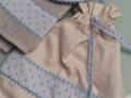 Regalo de recien nacido, set de babero bolsita y toalla en gris  y azul, blanco y entredoses