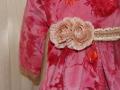 Vestido de terciopelo rosa para niña, cinturon con roseton beige con puntilla para niña, blanco y entredoses, diseño de moda infantil
