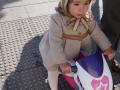 Diseño de moda infantil, abrigo con capota beige