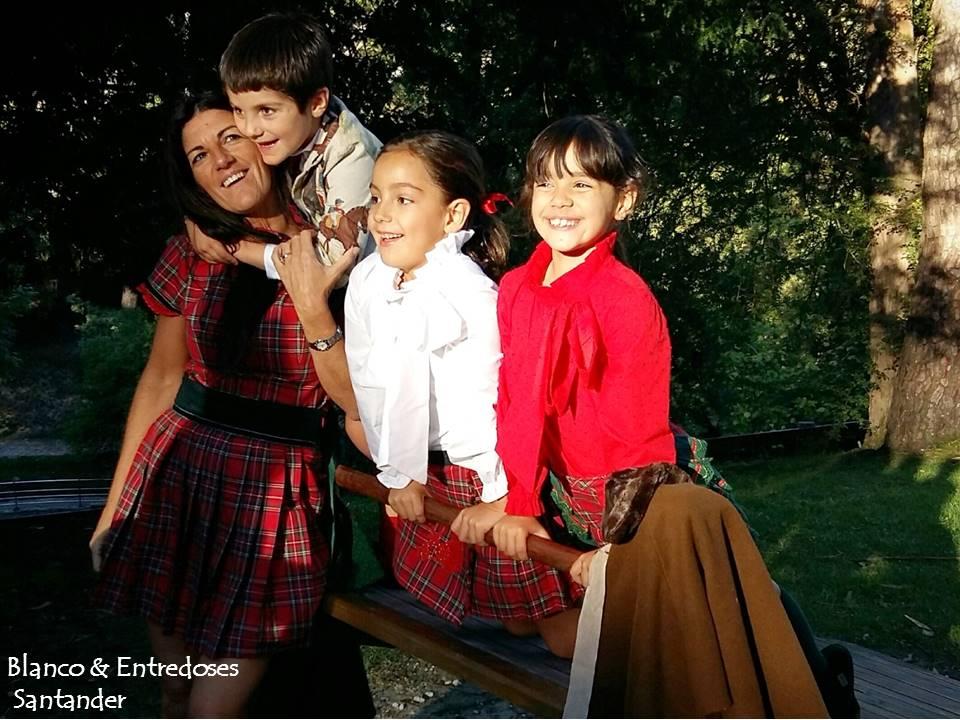 Familia Blanco Y entredoses vestidos con cuadros escoceses