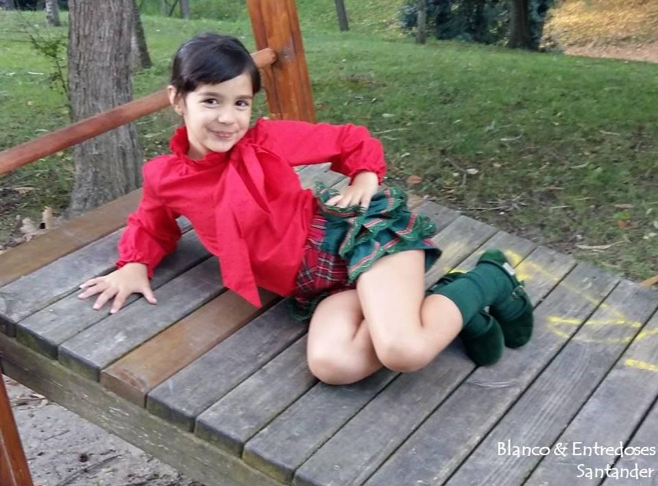 Short de volantes y cuadros escoceses, blusa gorguera y lazada