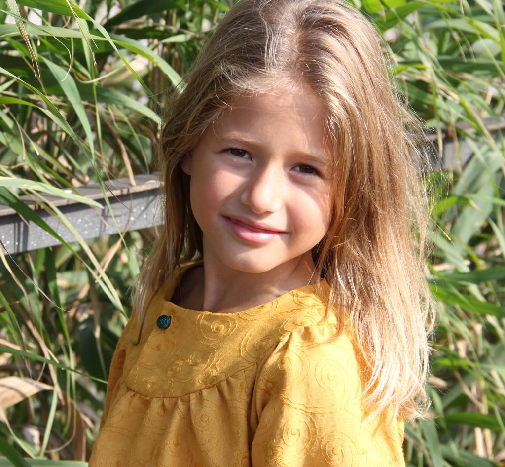 vestido niña color mostaza con boton de pasamanería, vestido invierno niña mostaza, moda invierno niña online