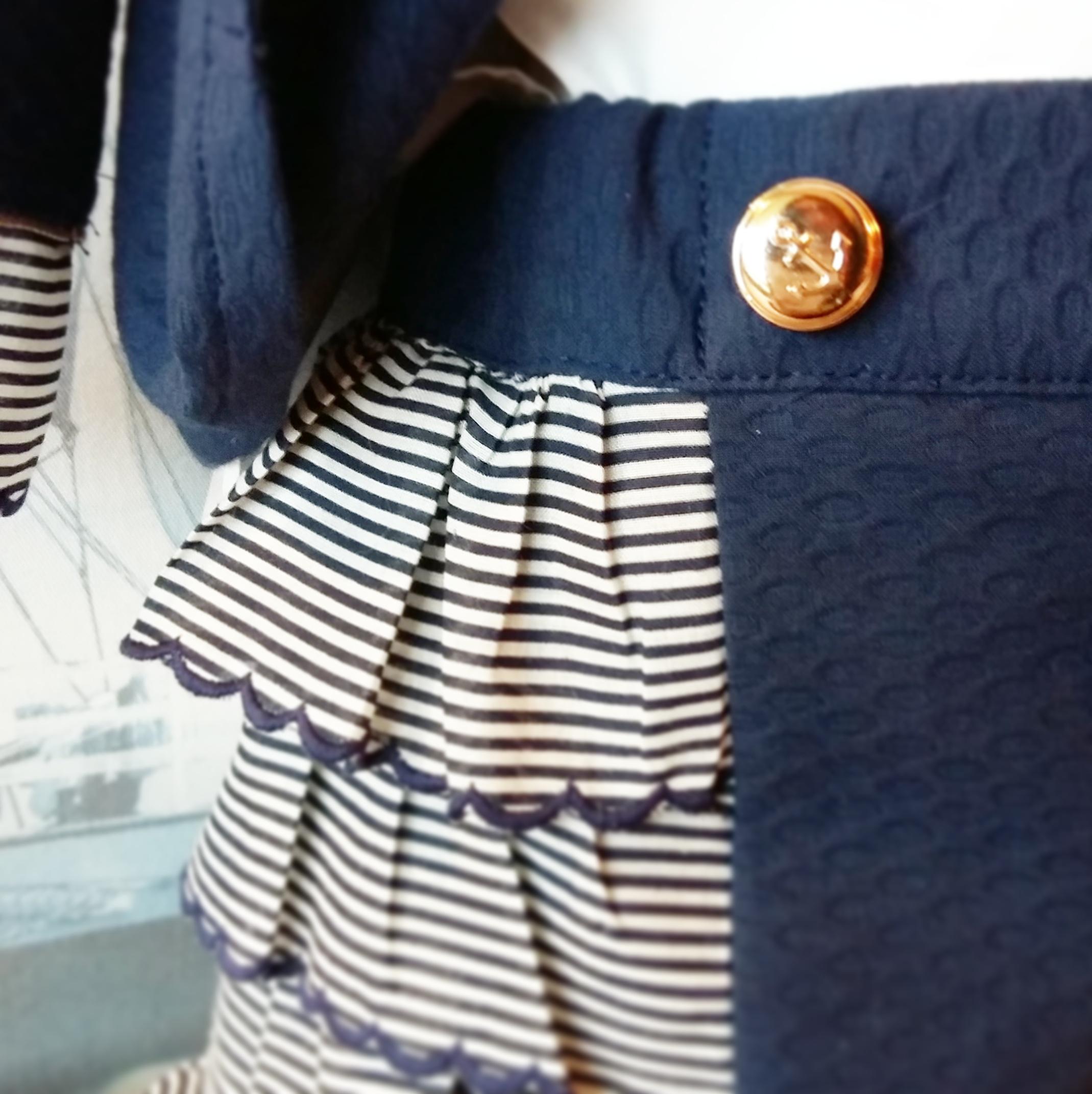 Detalle short marinero para niña, volantes y botón dorado ancla
