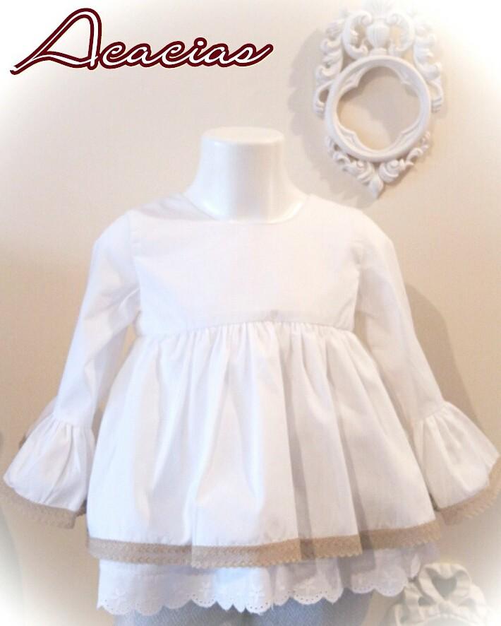 camisa de niña blanca acampanada con puntillas beige