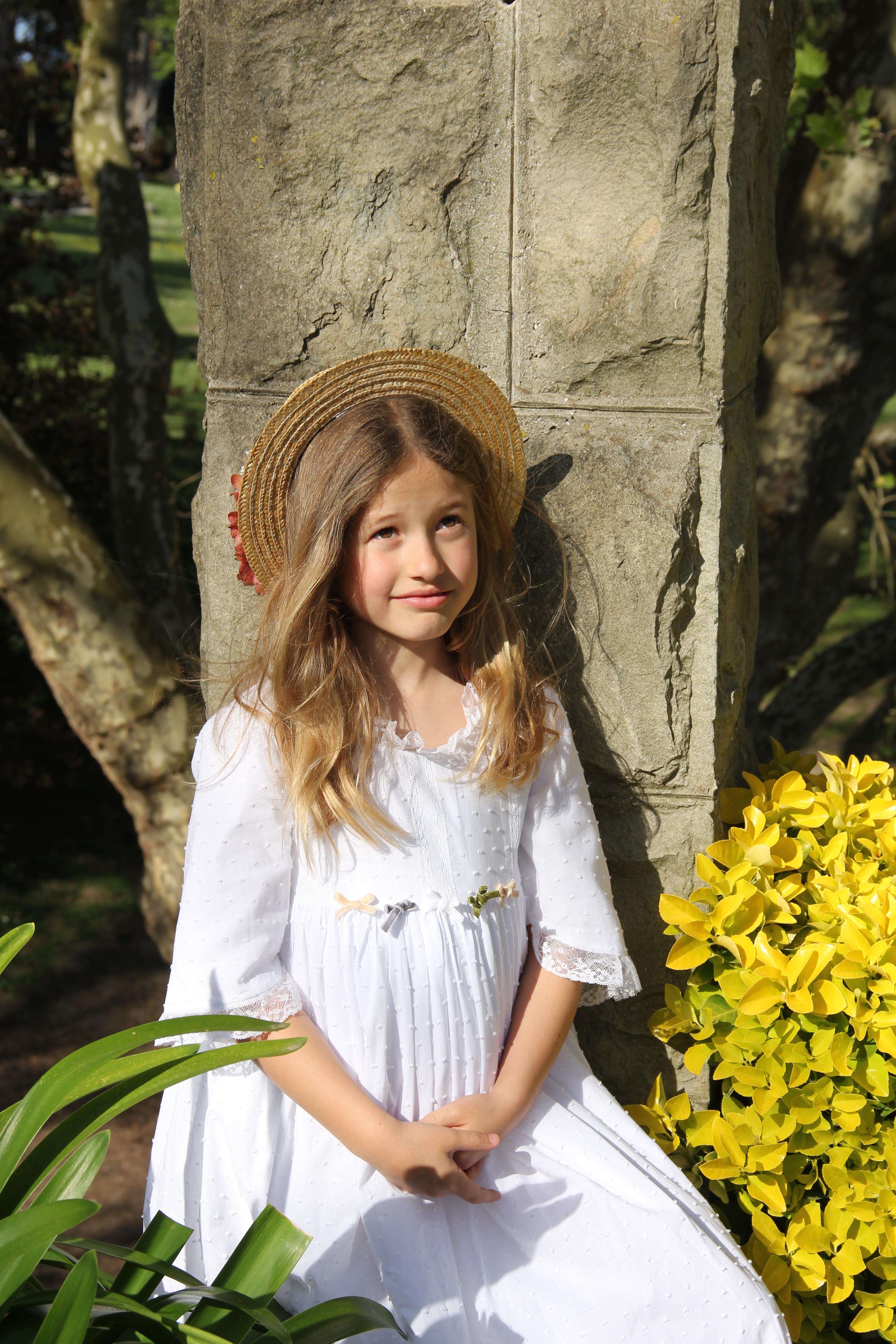 vestido-de-comunion-blanco-confeccionado-a-mano-vestido-ibicenco-para-comunion-vestido-de-comunion-sencillo-diseno-de-moda-infantil-online